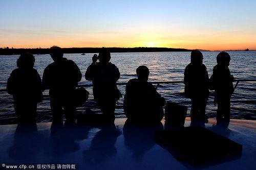 游客观看日出