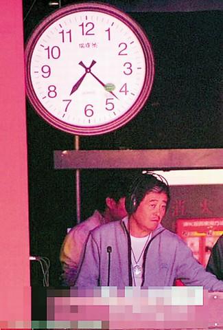 赵本山DJ装扮很时髦