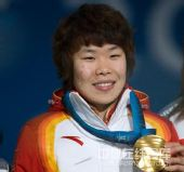 图文:短道女子1500米颁奖仪式 微笑手举金牌