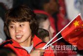 图文:短道女子1500米颁奖仪式 王�骰游韫�旗