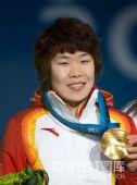 图文:短道女子1500米颁奖仪式 金牌来之不易