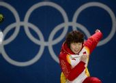 图文:短道女子1500米颁奖仪式 模仿滑冰动作