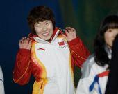 图文:短道女子1500米颁奖仪式 周洋的可爱表情
