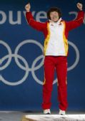 图文:短道女子1500米颁奖仪式 周洋跳起庆祝