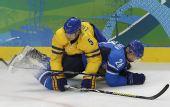 图文:男子冰球C组瑞典3-0芬兰 纠缠在一起