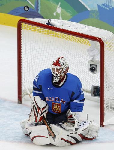 图文:男子冰球C组瑞典3-0芬兰 芬兰队门将