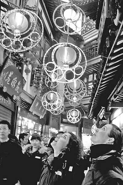 2月4日,上海豫园老街,今年亮相的灯笼上还加装了环保的LED节能型灯饰,为老街平添了一抹璀璨的靓色。杨毅摄