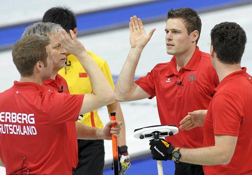 图文:冬奥会男子冰壶比赛 加拿大队击掌庆祝