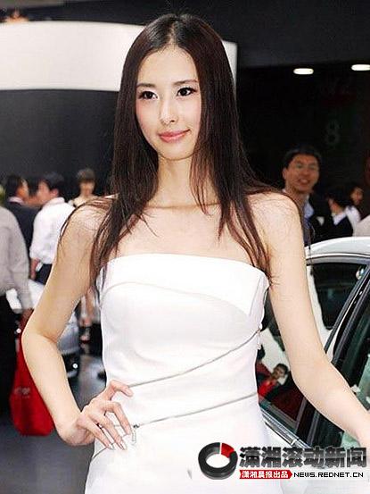 """资料图:被网友誉为""""中国第一女车模""""的兽兽在车展上。"""