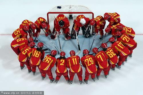 女子冰球中国3 1斯洛伐克 赛前相互鼓劲