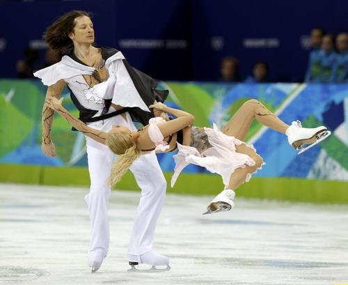 图文:花样滑冰冰舞自由舞 衣服破了?