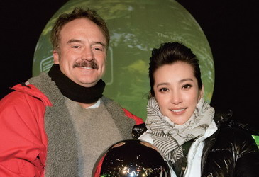 当地时间2009年12月14日,丹麦哥本哈根,第15 届联合国气候大会举行。环保大使李冰冰在街头与美国演员Bradley Whitfordy 一起大力倡导环境保护。