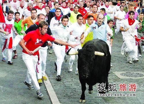 西班牙奔牛节 刺激和疯狂也危险