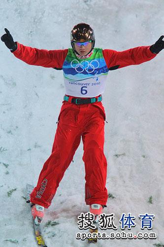 图文:男子自由式滑雪空中技巧 刘忠庆落地庆祝