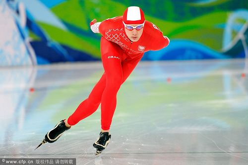 图文:速度滑冰男子10000米 波兰选手过弯道