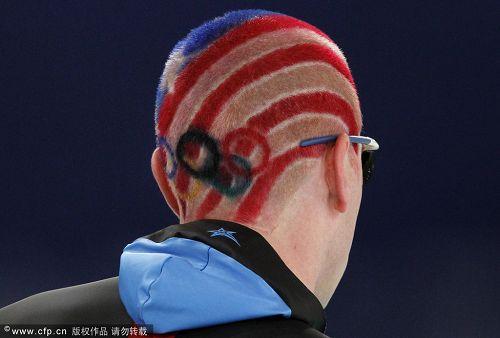 图文:速度滑冰男子10000米 独特发型很抢眼