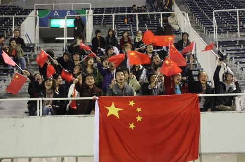 中国球迷挂出国旗