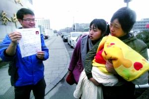 2月24日,杭州,雷闯展示他刚刚申领到的《药品行业健康证》。