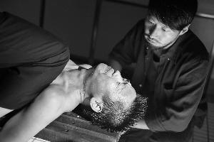 王宝强在新片中被当作人肉炸弹,扮演警察的黎明也没同情他