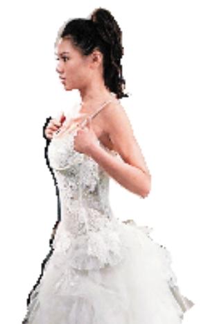 周秀娜穿上低胸婚纱后尽显性感身材