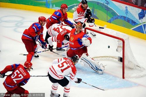 图文:男子冰球加拿大VS俄罗斯 门前混战得手