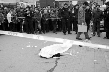 女子抢救无效,医务人员离去。  商报记者 杨东华/摄