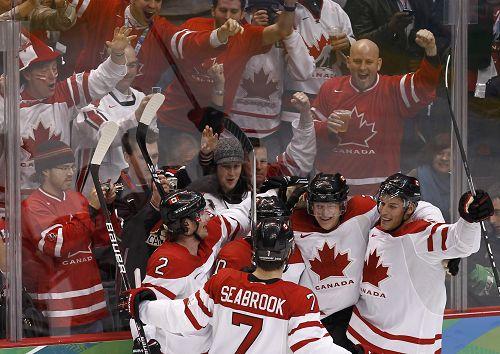 图文:男子冰球加拿大VS俄罗斯 加拿大球员庆祝