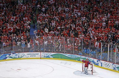 图文:男子冰球加拿大VS俄罗斯 加拿大球迷疯狂