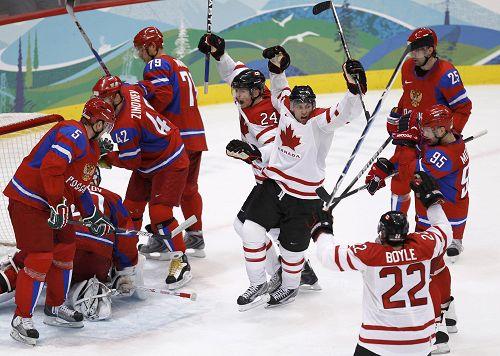图文:男子冰球加拿大VS俄罗斯 加拿大跃起欢呼