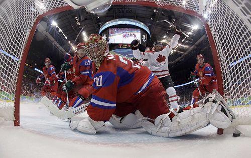 图文:男子冰球加拿大VS俄罗斯 守门员望球兴叹