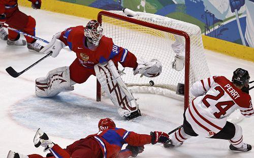 图文:男子冰球加拿大VS俄罗斯 比赛紧张激烈