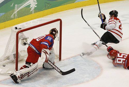 图文:男子冰球加拿大VS俄罗斯 选手飞身拦球