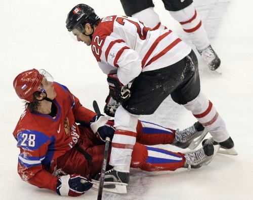 图文:男子冰球加拿大7-3俄罗斯 两位球员起争执