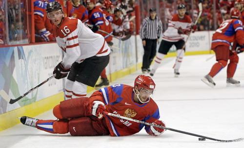 图文:男子冰球加拿大7-3俄罗斯 俄罗斯球员救球