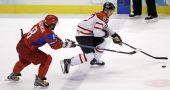 图文:男子冰球加拿大7-3俄罗斯 加拿大带球突破