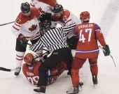 图文:男子冰球加拿大7-3俄罗斯 双方发生冲突