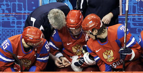 图文:男子冰球加拿大7-3俄罗斯 场外治疗伤口