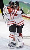 图文:男子冰球加拿大7-3俄罗斯 相拥庆胜利