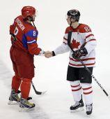 图文:男子冰球加拿大7-3俄罗斯 双方赛后握手