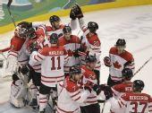 图文:男子冰球加拿大7-3俄罗斯 拥抱在一起庆祝