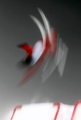 图文:自由式滑雪女子空中技巧 李妮娜完美一跳