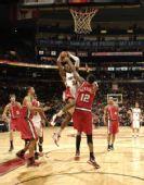 图文:[NBA]开拓者胜猛龙 威姆斯强行上篮