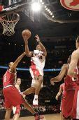 图文:[NBA]开拓者胜猛龙 德罗赞回首望月