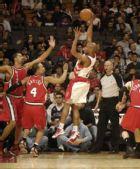 图文:[NBA]开拓者胜猛龙 杰克底线勾手