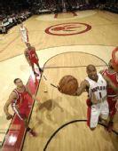 图文:[NBA]开拓者胜猛龙 杰克突破上篮