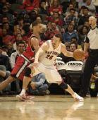 图文:[NBA]开拓者胜猛龙 特科格鲁伺机传球