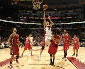 图文:[NBA]开拓者胜猛龙 特科格鲁飞身上篮