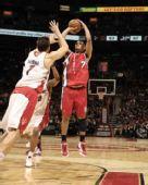 图文:[NBA]开拓者胜猛龙 罗伊后仰跳投