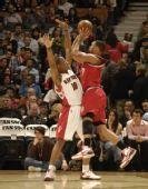 图文:[NBA]开拓者胜猛龙 罗伊强攻