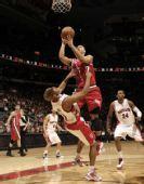 图文:[NBA]开拓者胜猛龙 罗伊强行上篮